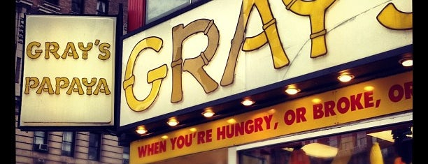 Gray's Papaya is one of Orte, die Sara gefallen.