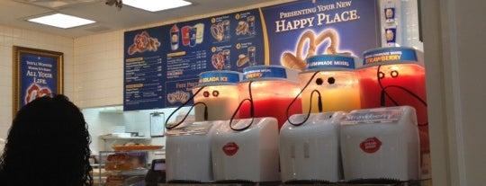 Auntie Anne's is one of Lugares favoritos de Zachary.