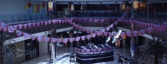 Roshana Mall is one of Lugares favoritos de Tawfik.