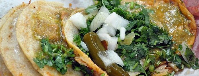 Tacos del Güero Americanista is one of Tempat yang Disukai Osiris.