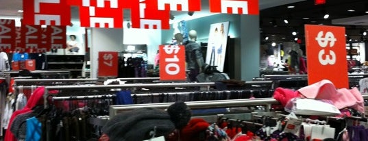 H&M is one of Lieux qui ont plu à Joey.