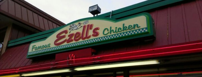 Ezell's Famous Chicken is one of Lugares favoritos de T R.