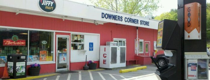 Downer's Corner Store is one of Vacation.