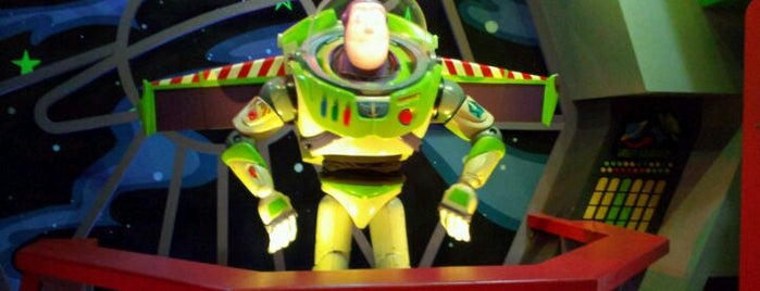 Buzz Lightyear's Space Ranger Spin is one of สถานที่ที่ Drew ถูกใจ.