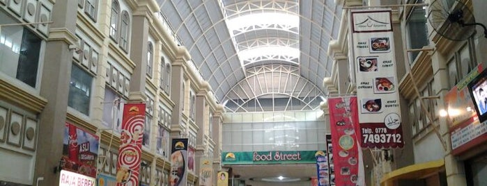 Nagoya Hill Shopping Mall is one of Tempat yang Disukai Uda Aank.