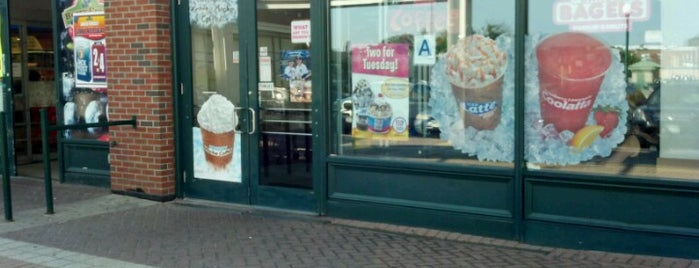 Dunkin' is one of Locais curtidos por Tinkerella66.