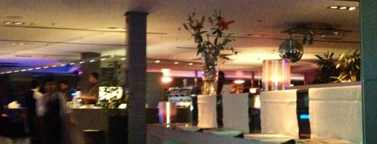 Globe Restaurant & Lounge Bar is one of MILANO EAT & SHOP.