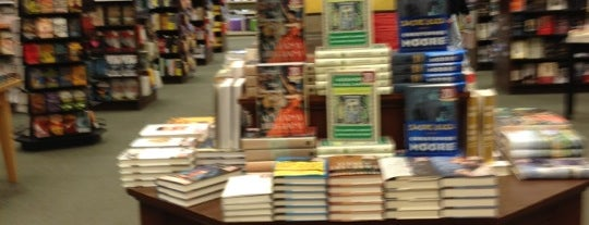 Barnes & Noble is one of Lieux qui ont plu à Lindsey.