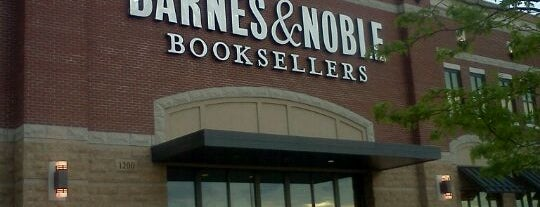 Barnes & Noble is one of Tempat yang Disukai Mark.