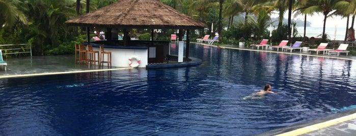 Kamala Beach Resort, a Sunprime Resort is one of Olga'nın Kaydettiği Mekanlar.
