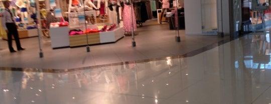 H&M is one of Orte, die Елена gefallen.