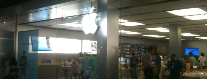 Apple Saint Louis Galleria is one of Orte, die Jonathan gefallen.