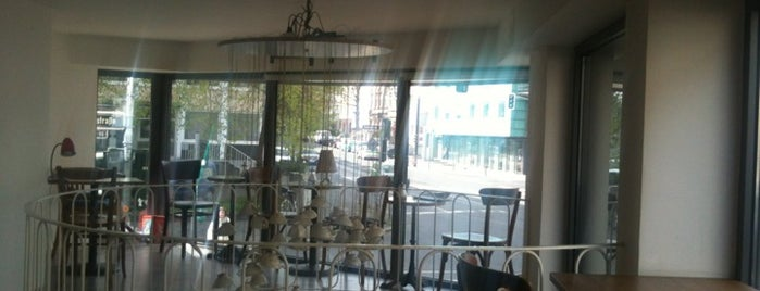 Café Hüftgold is one of Tempat yang Disukai Cristina.