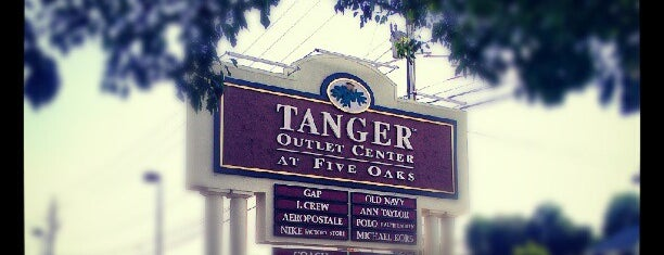 Tanger Outlets Sevierville is one of Locais curtidos por Haluk.