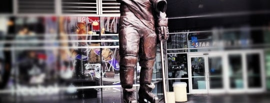 Wayne Gretzky Statue is one of Kate: сохраненные места.