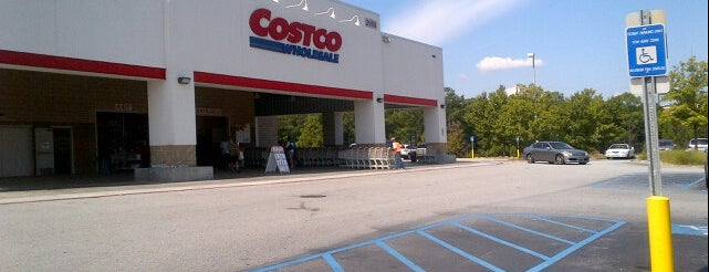 Costco is one of Locais curtidos por Donna.
