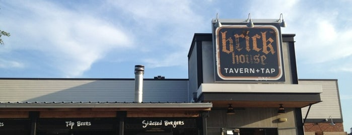 Brick House Tavern + Tap is one of Lugares favoritos de KATIE.