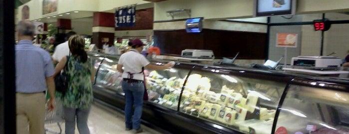 Auto Mercado Plaza Mayor is one of Tempat yang Disukai Roberto.