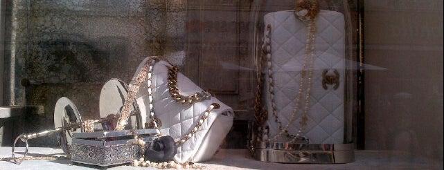 Chanel is one of Locais curtidos por Montréal.