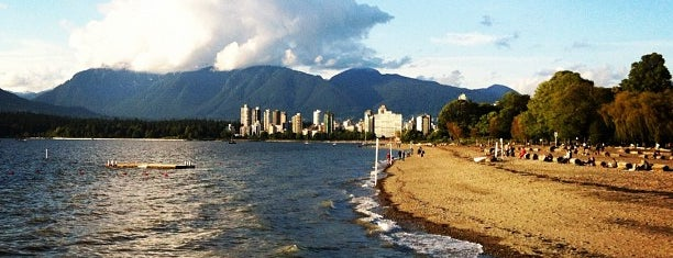 Kitsilano Beach is one of Lugares favoritos de Moe.