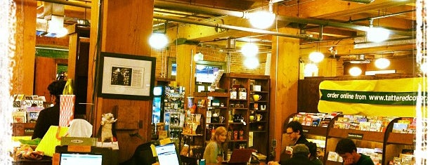 Tattered Cover Bookstore is one of Lugares favoritos de Thomas.
