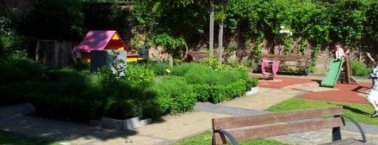 Maalbeekdaltuin / Jardin de la Vallée du Maelbeek is one of Nice spots around Schuman.