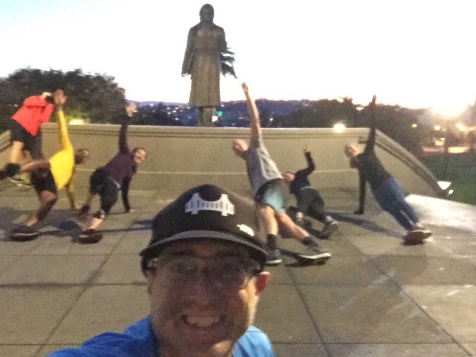 Tantek taking a selfie in Dolores Park with a bunch of November Project runners planking behind him.